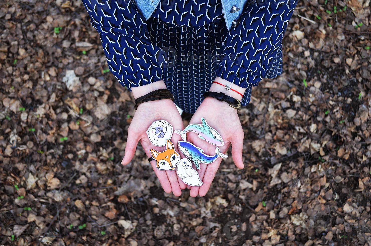 flickan har en vacker brosch handgjord trä. handmålad. foto