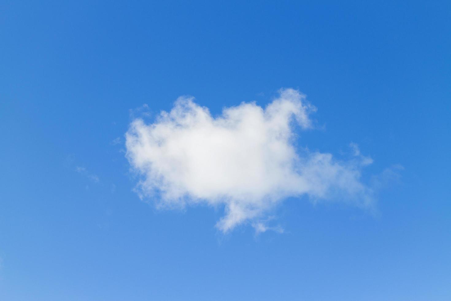 blå himmel med moln på en solig dag. foto