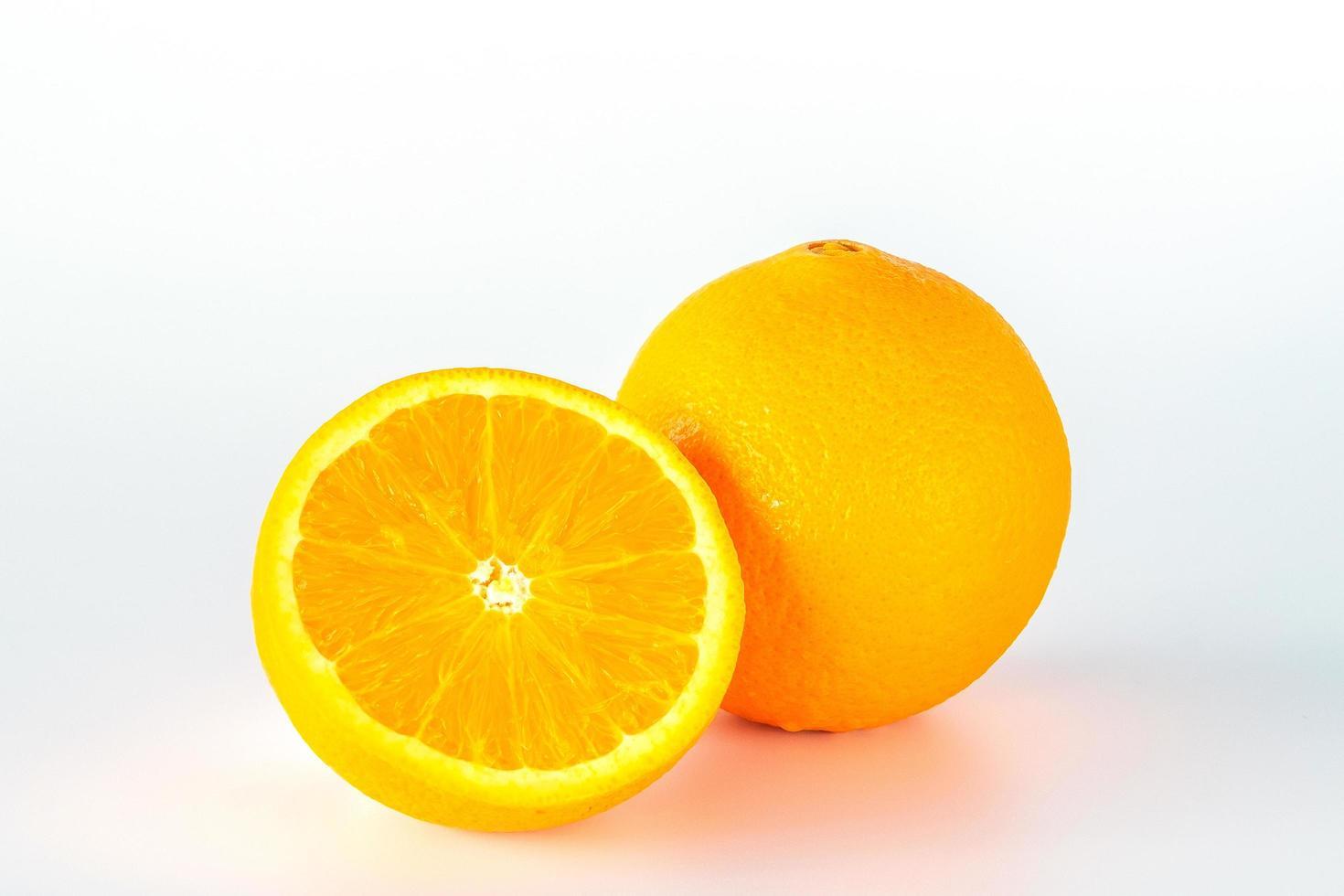 apelsin fruktskiva isolerad på vit bakgrund. foto