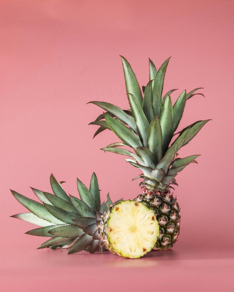 ananas frukt isolerad på rosa bakgrund. foto