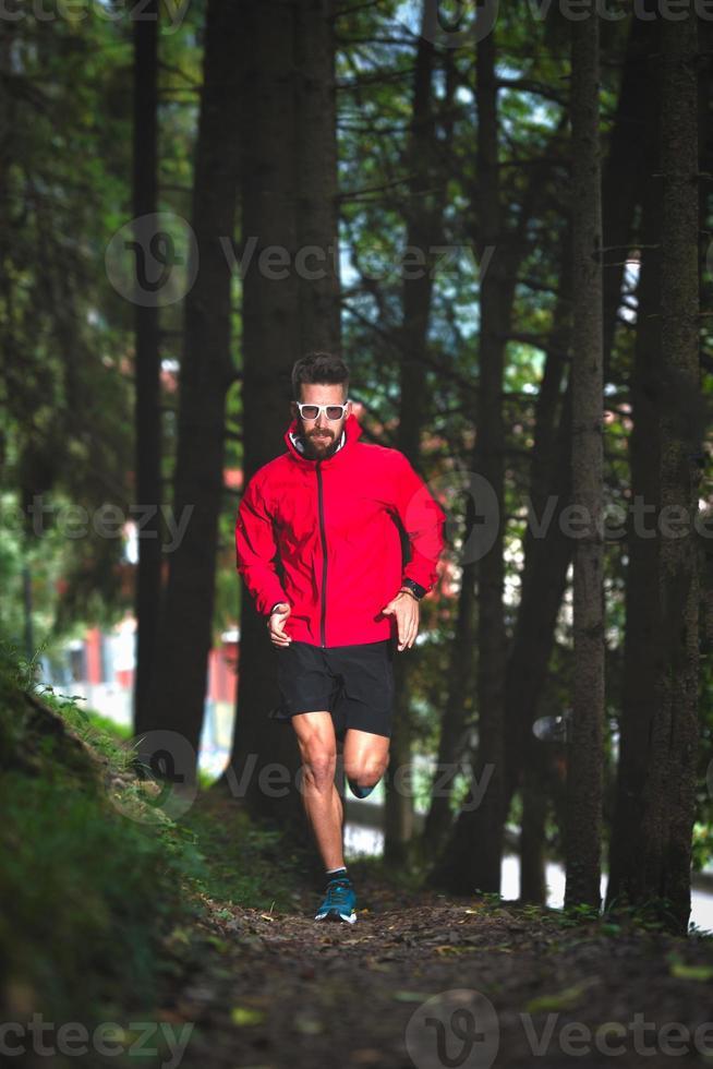 löpare i skogen på en naturstig foto