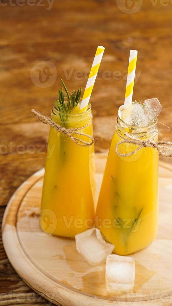 flaska apelsinjuice med isbitar, selektivt fokus foto