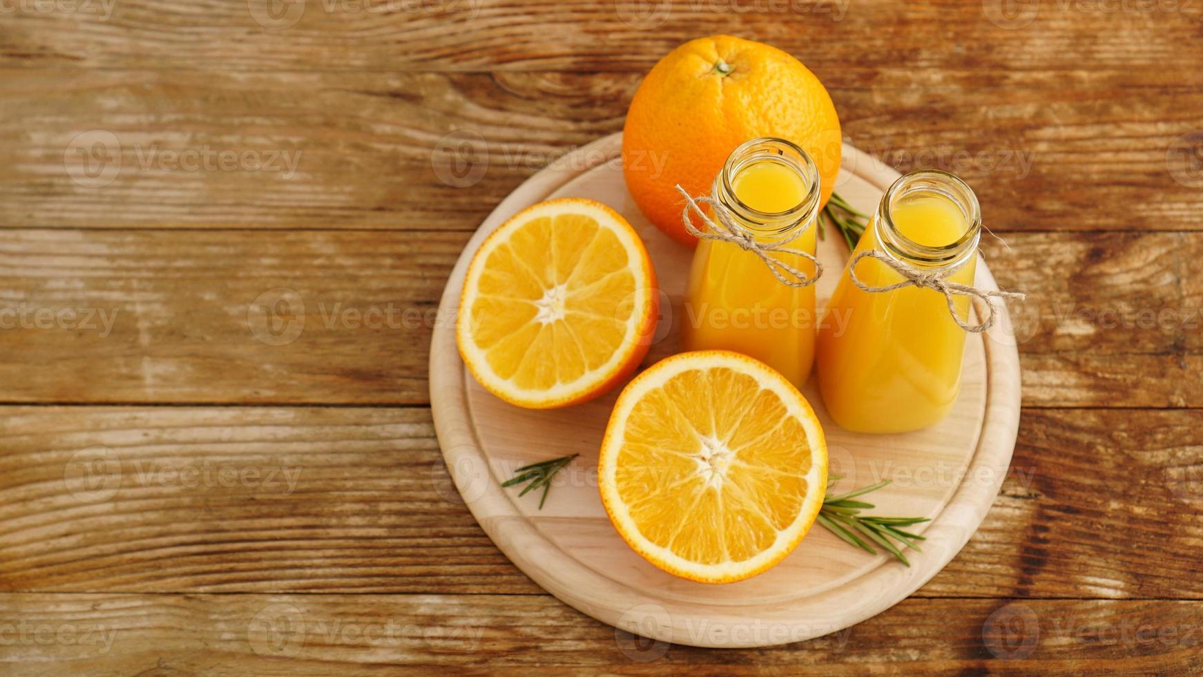 färsk apelsinjuice på träbord på en träskiva foto