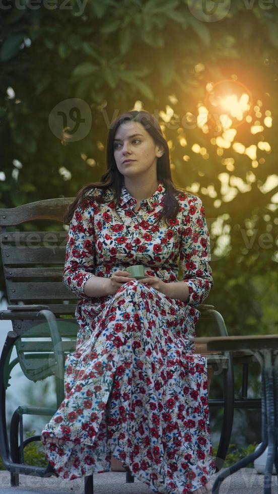 vacker latinsk kvinna i lång klänning med blommönster foto