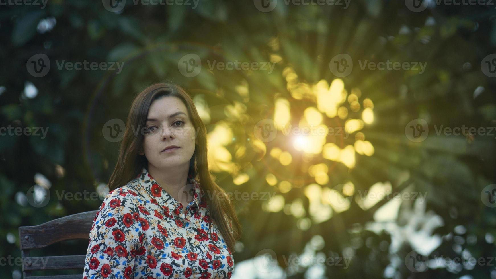 ung kvinna i en blommig klänning foto
