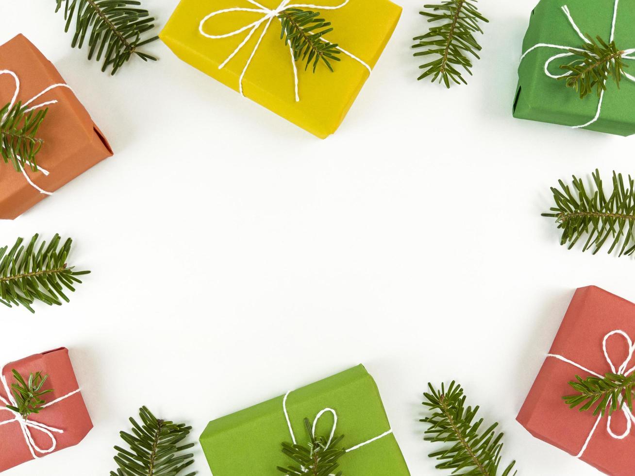 semester vykort med granar grenar och presentaskar på en vit foto