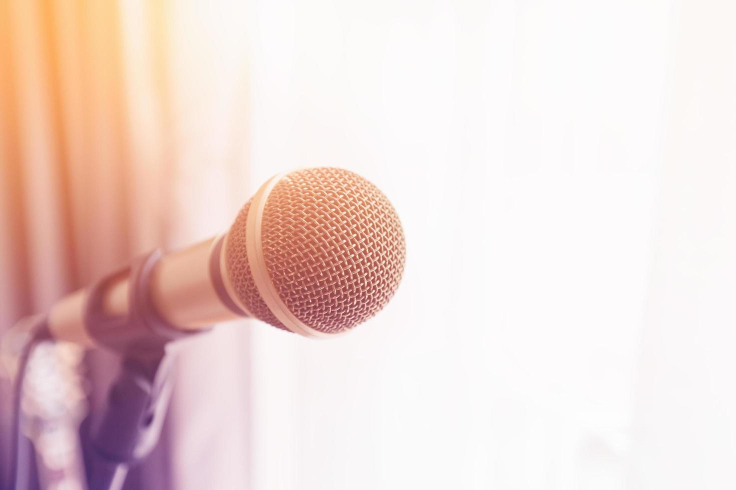 mikrofon med färgglatt ljus foto