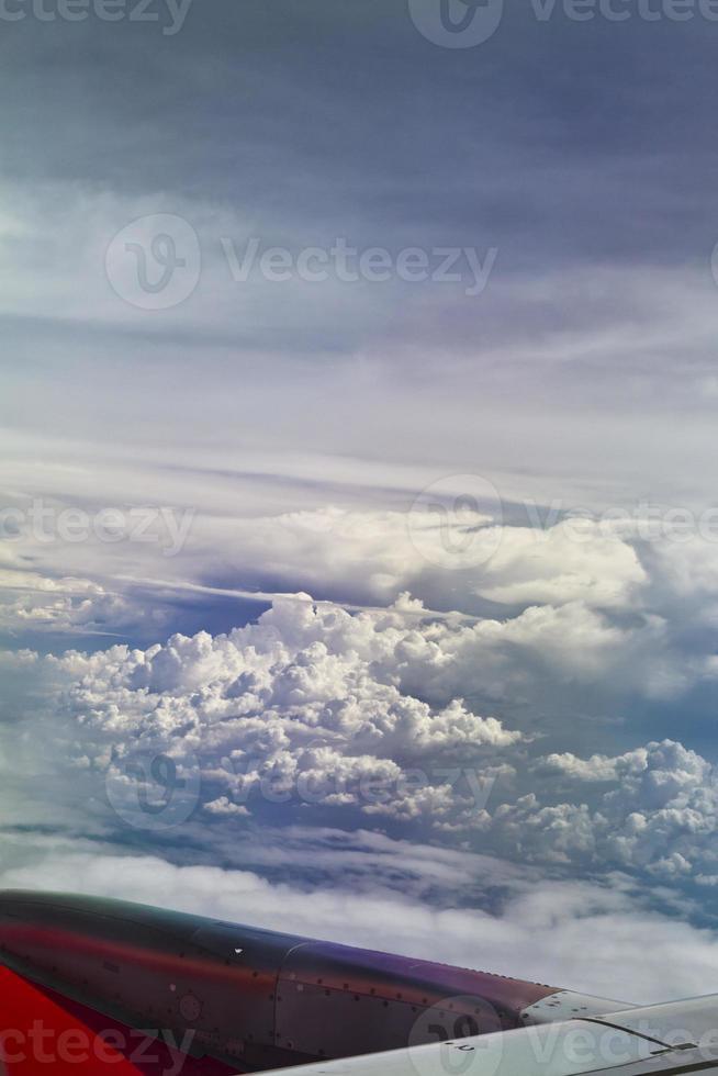 moln från planfönstret foto