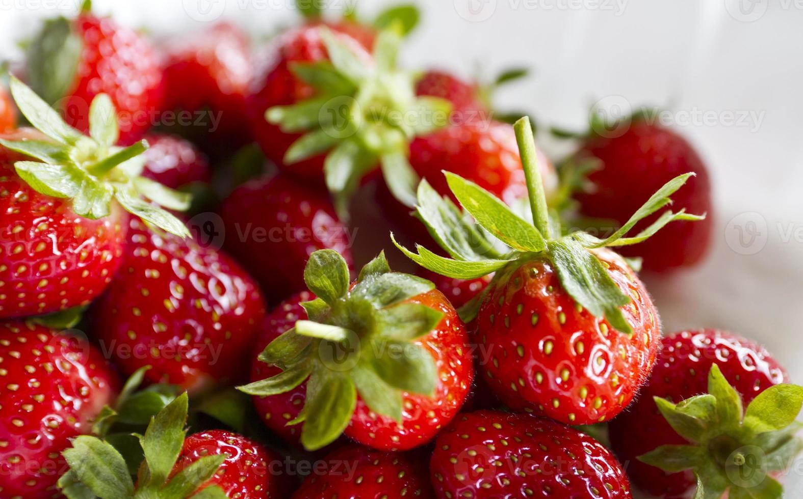jordgubbar på vitt foto