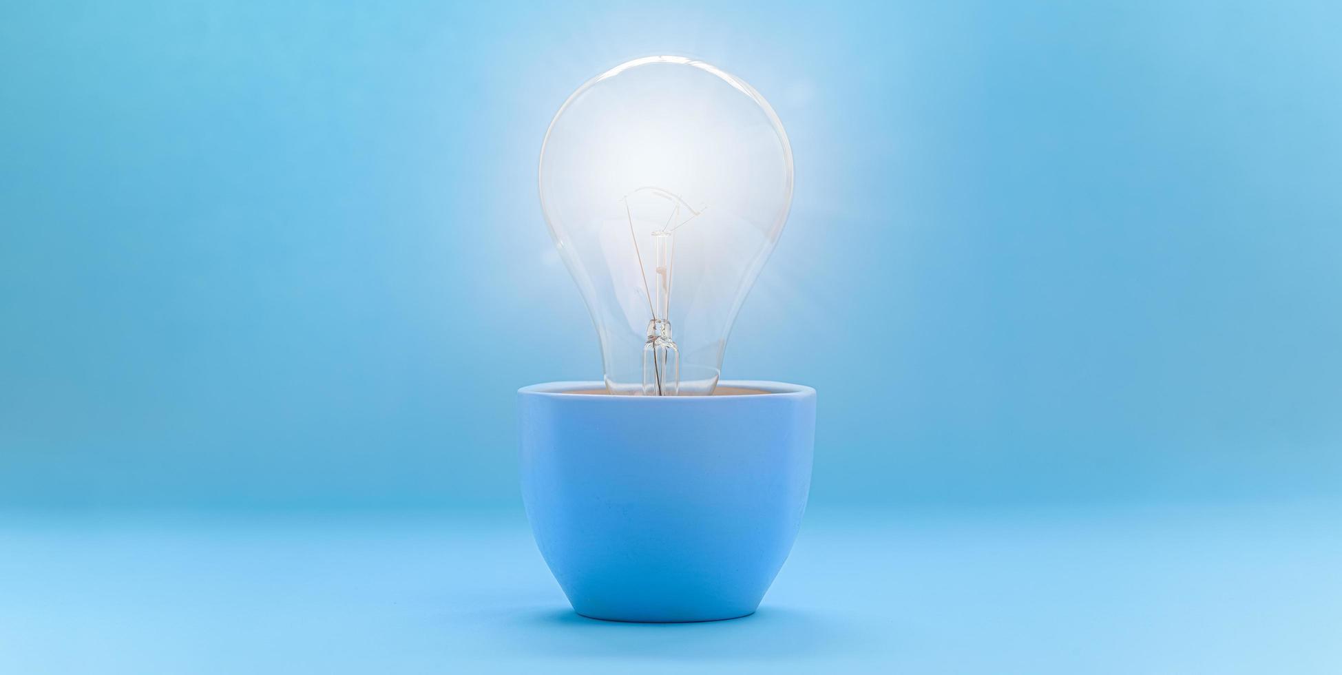 glödlampa koncept ny idé foto