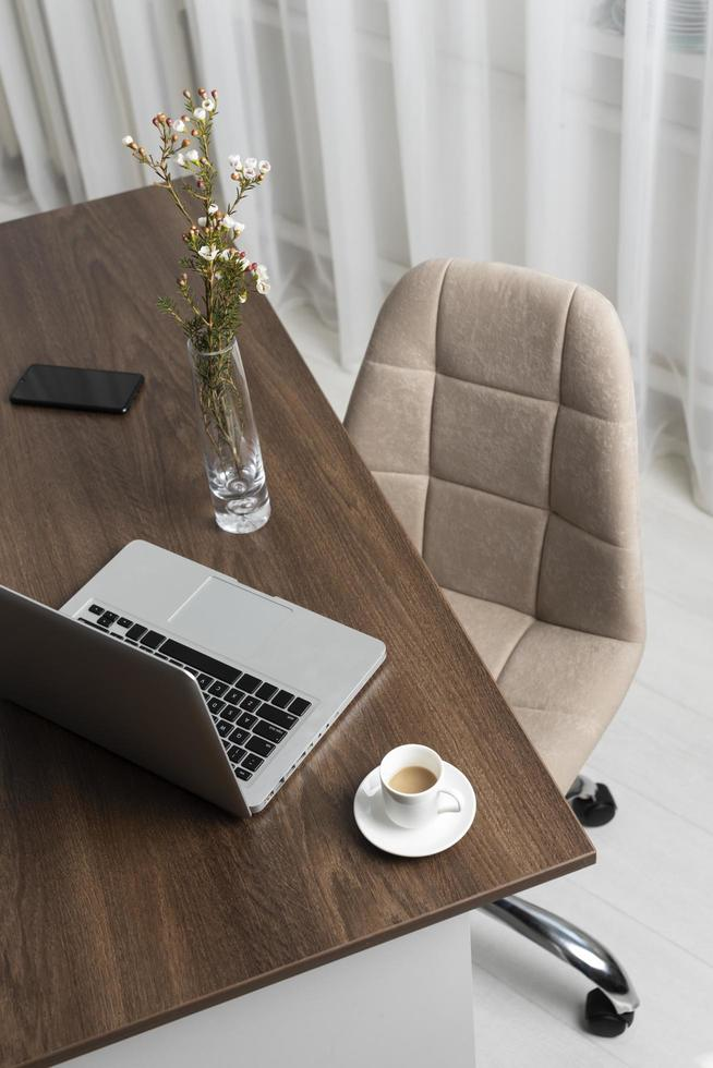 högvinkligt skrivbord med laptop foto