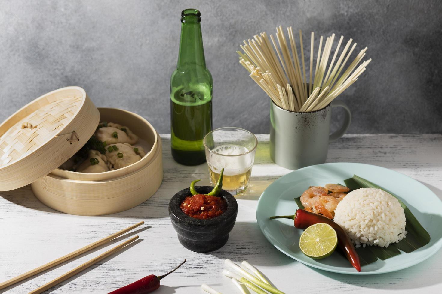 välsmakande måltid med sambalarrangemang foto