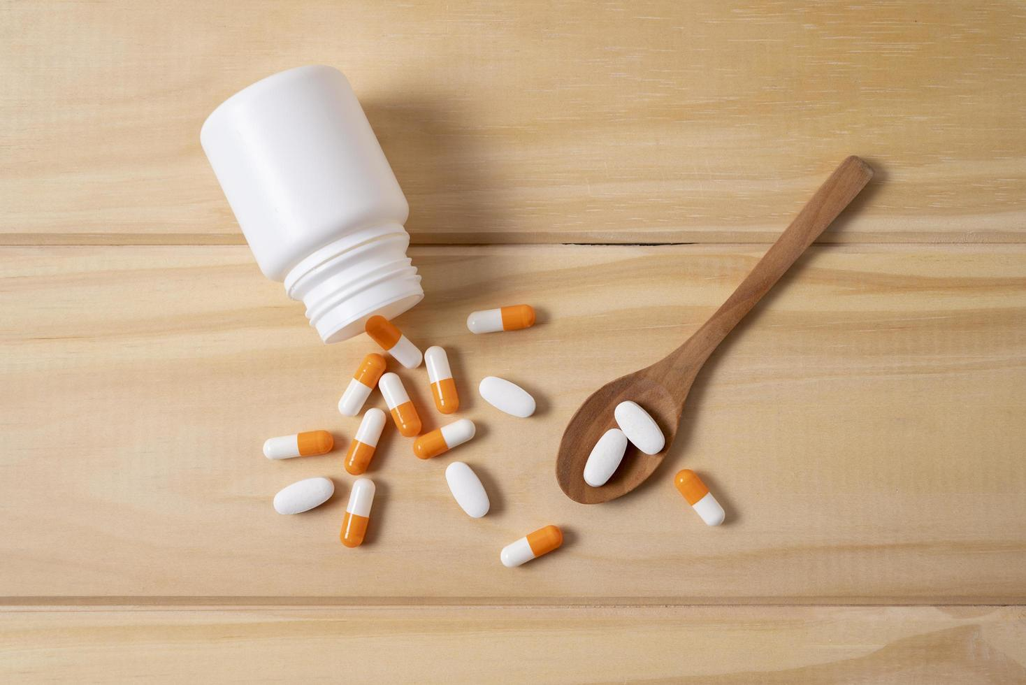 högvinkelsked med olika piller foto