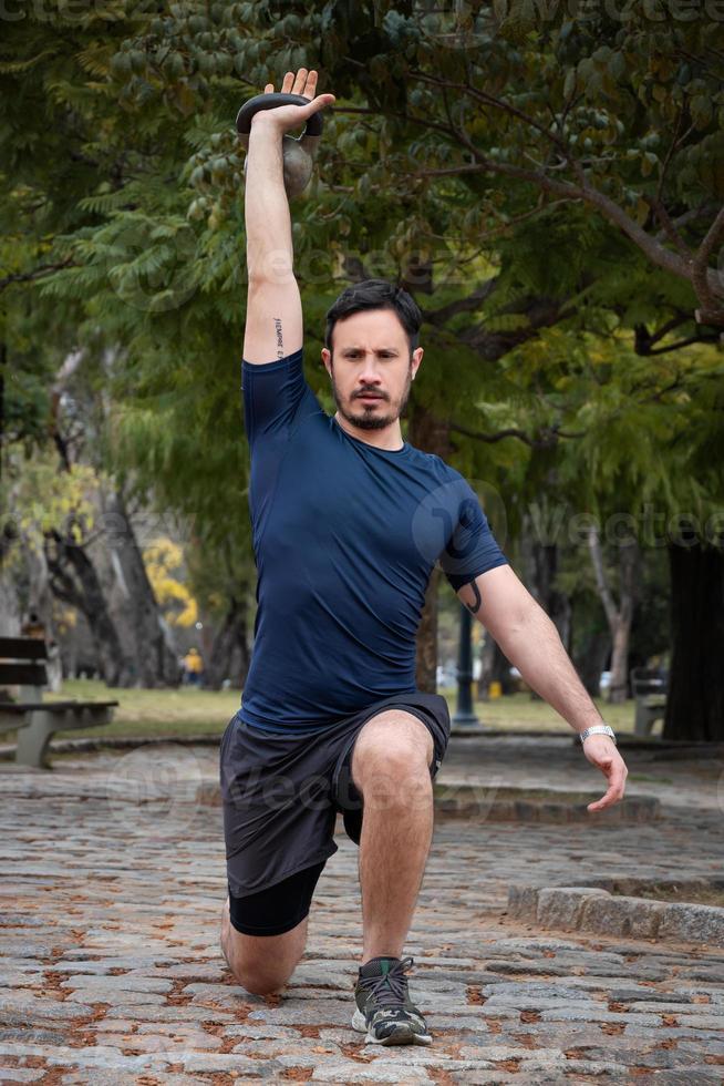 en man idrottare som tränar på gatan på morgonen foto