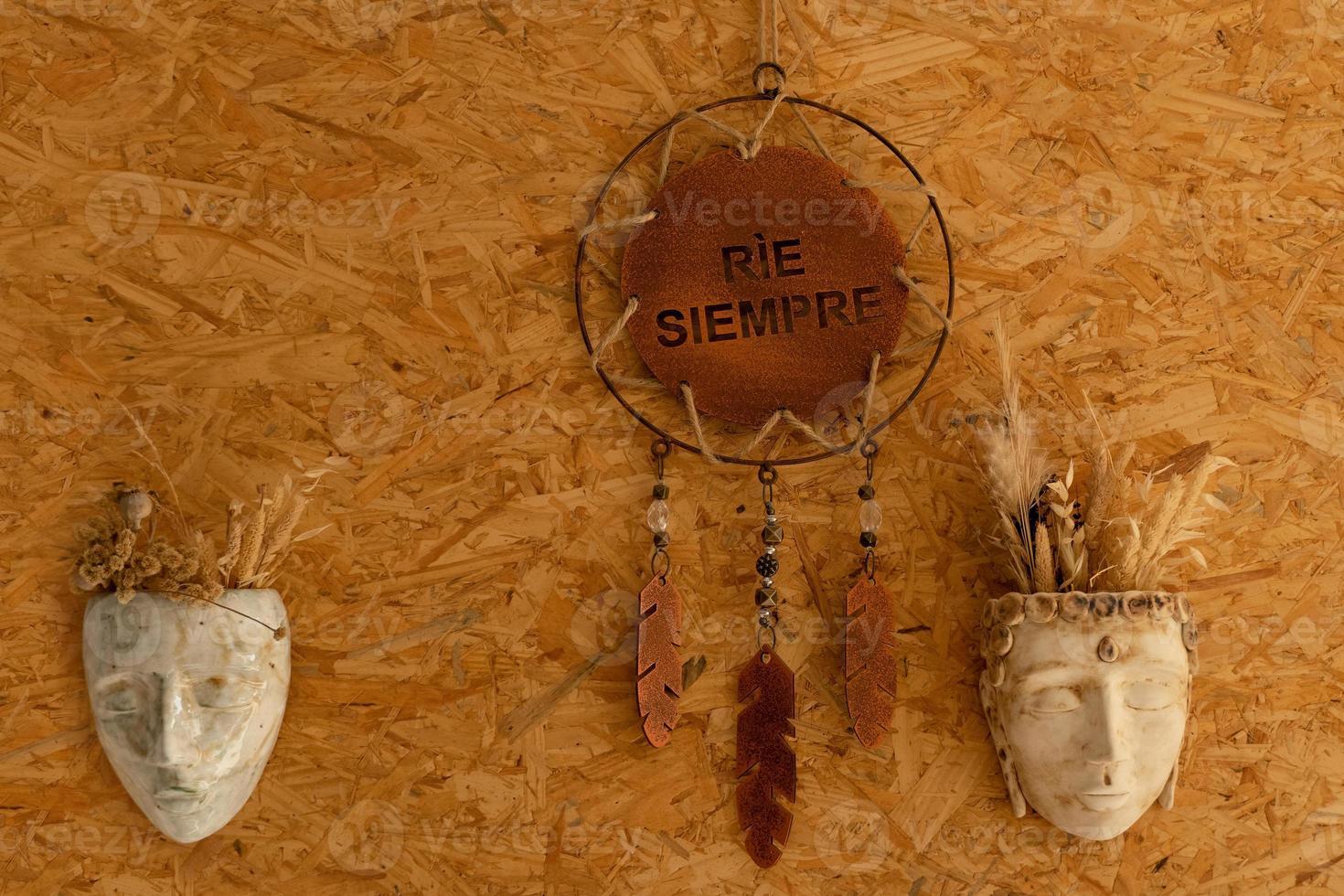 affisch med spanskt budskap och keramiska masker för väggdekorationer foto