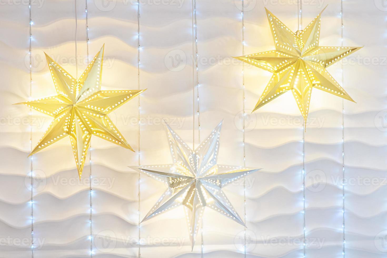 vit vägg julbakgrund med glänsande lampor. foto