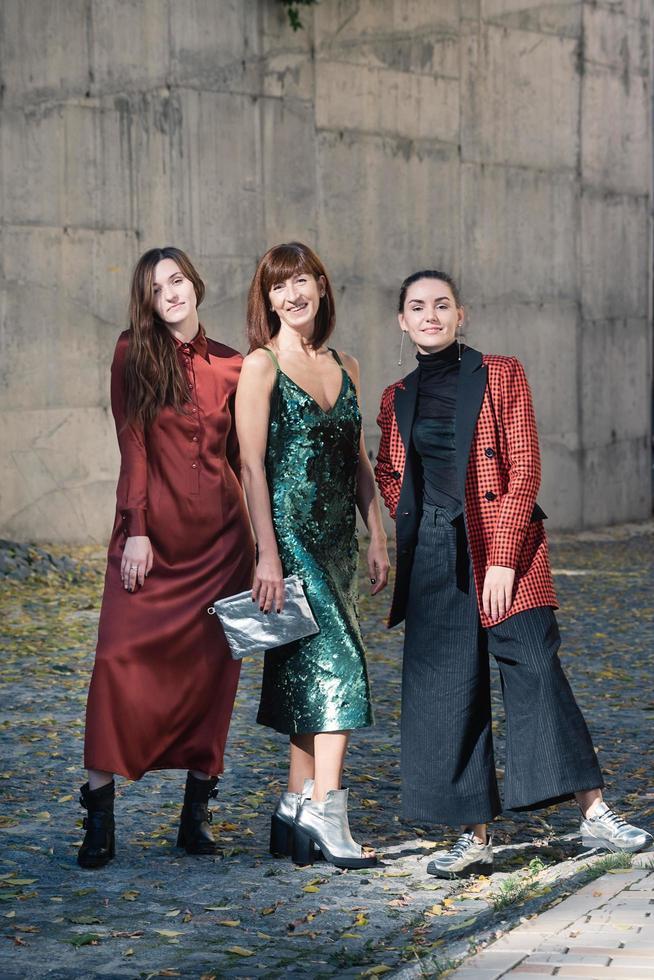 tre vackra kvinnor mode street stil foto