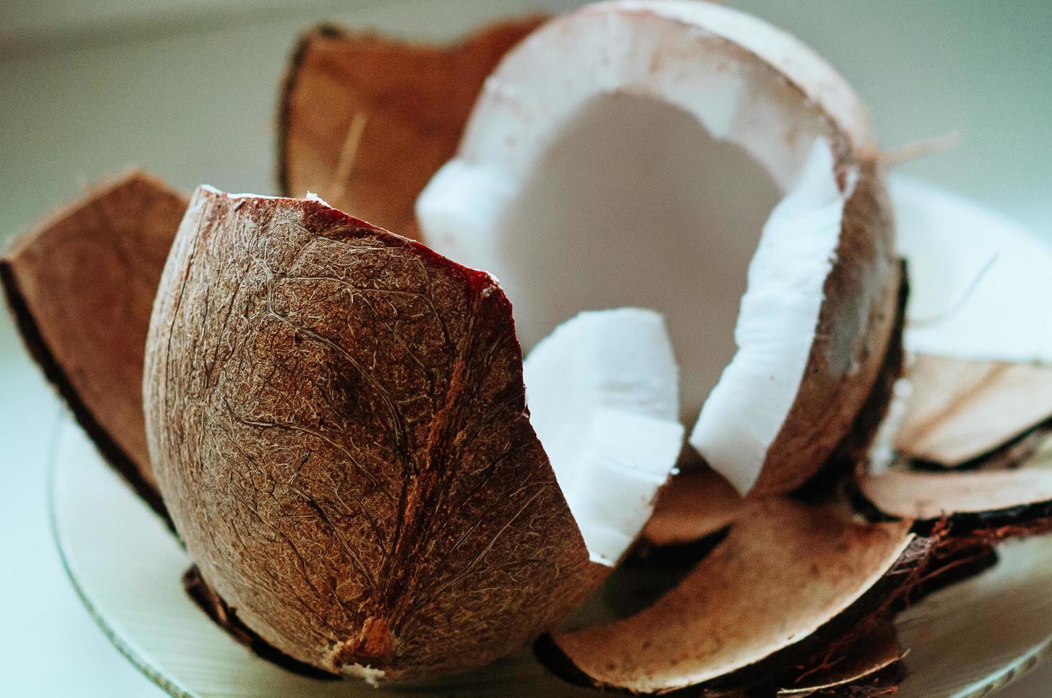 färskskuret kokosnöt på nära håll foto