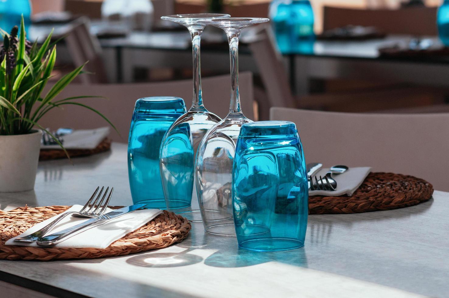 bord blå uppställning på restaurang eller café utomhus foto