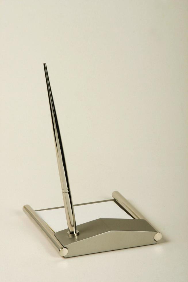 skrivbordsset bestående av penna och papper foto
