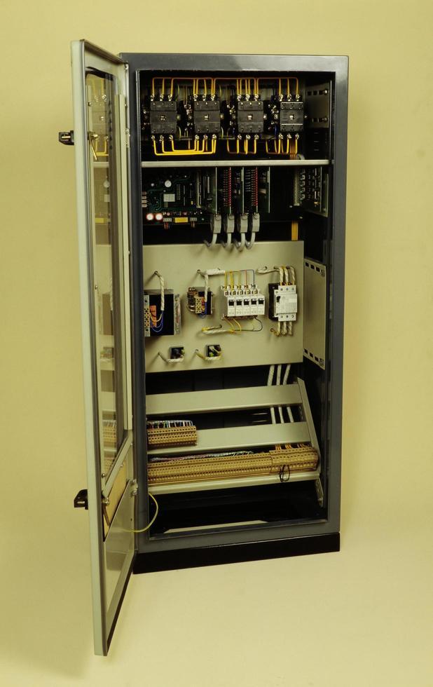 styrenheter för fullt elektroniska moderna hissar foto