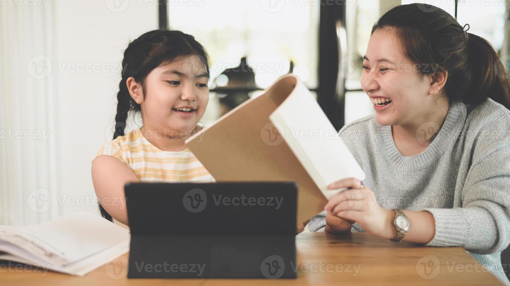 systrarna lärde systrarna att göra läxor hemma. foto