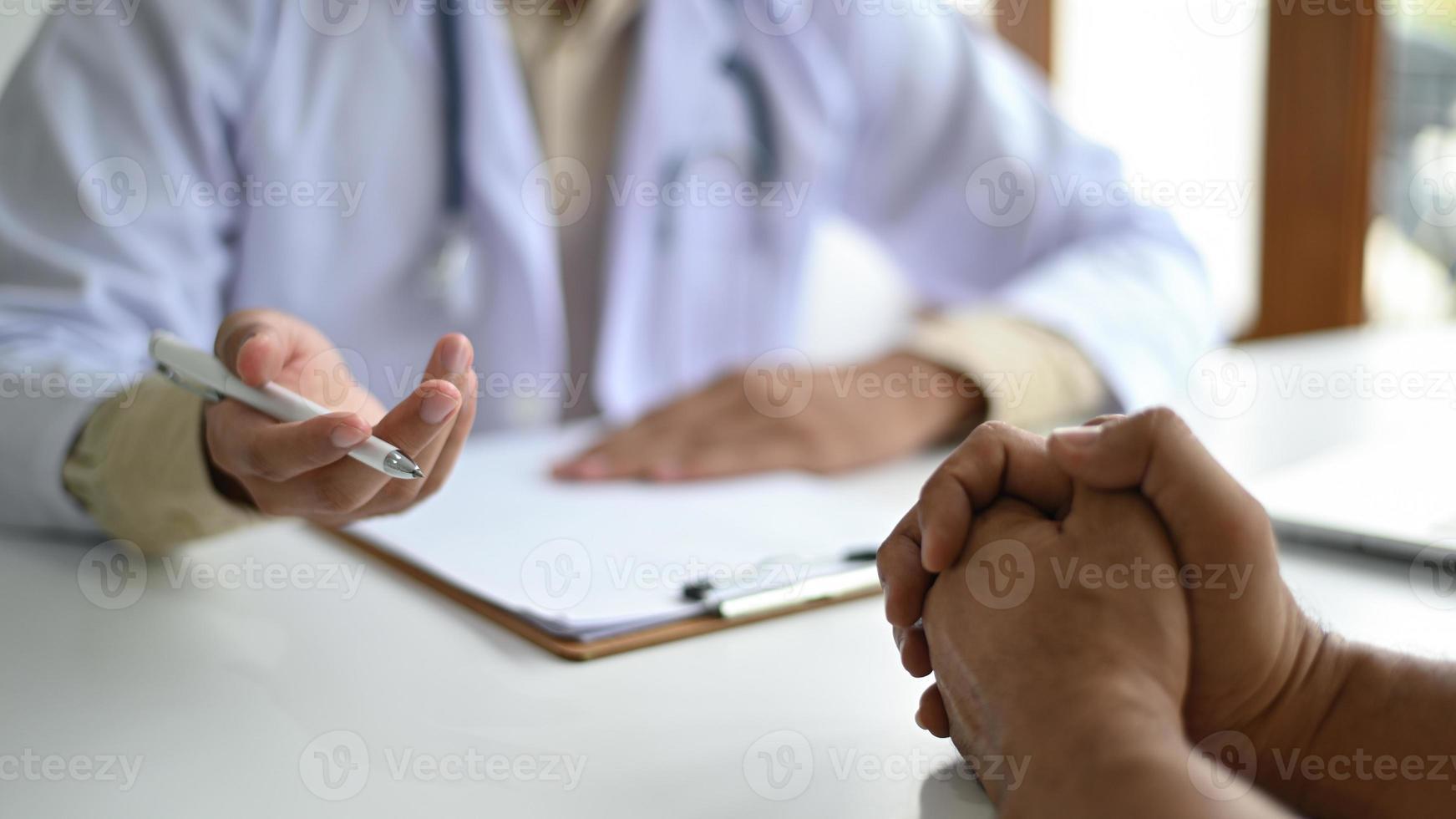 medicinsk koncept, lyssnar patienter på råd från läkare. foto