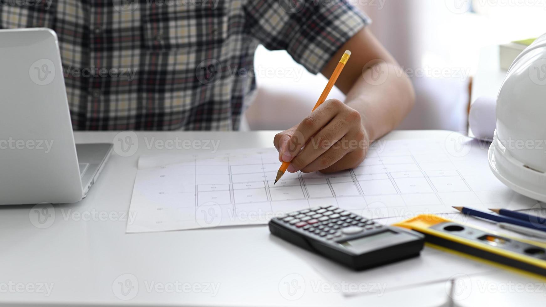 arkitekt som använder pennor för att inspektera husplanen. foto