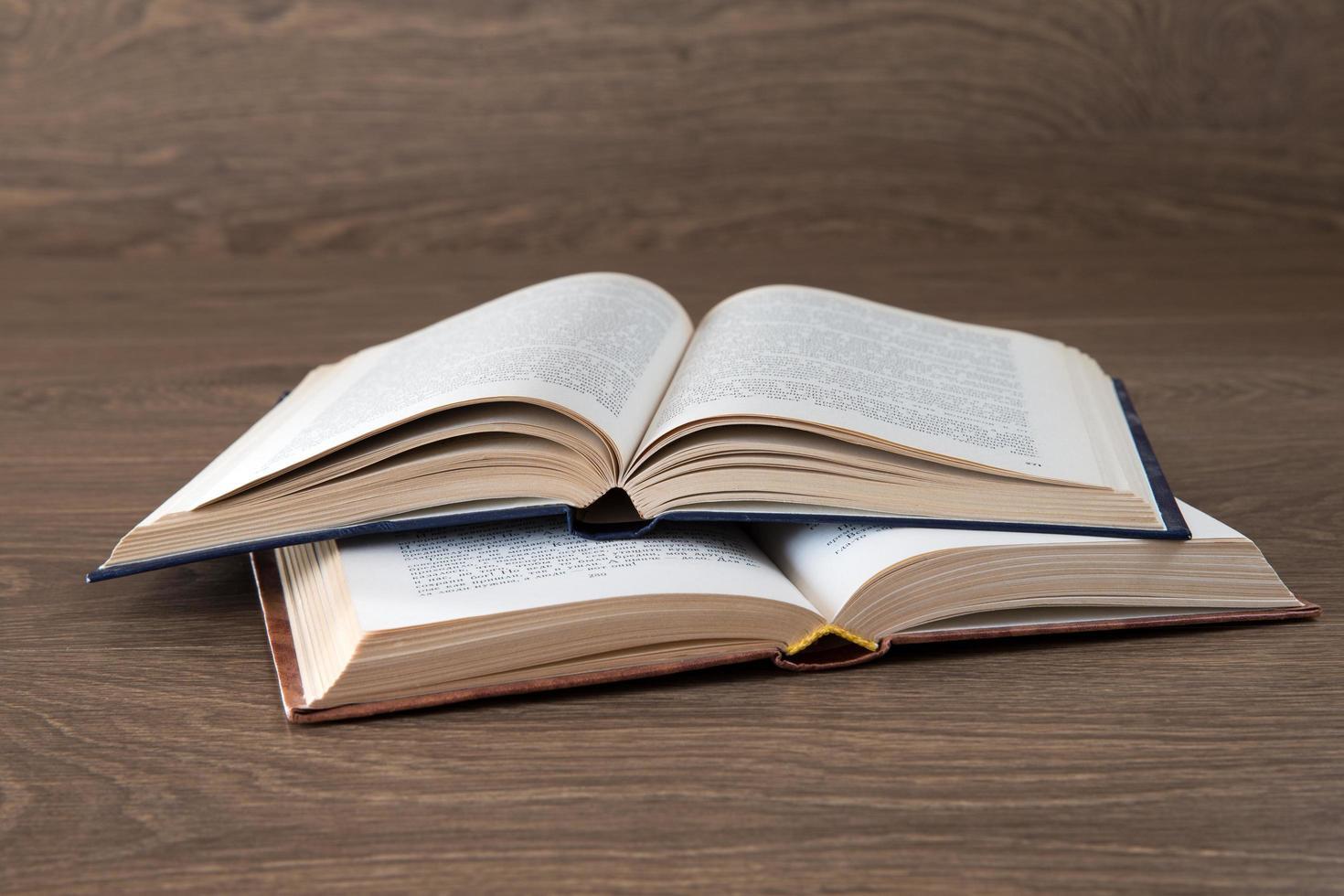 öppen bok på träbord foto