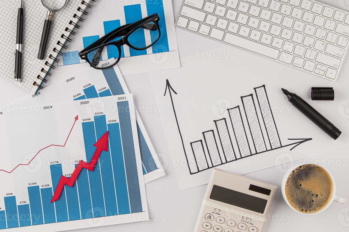 kontorsbord med tillväxtdiagram och glasögon foto