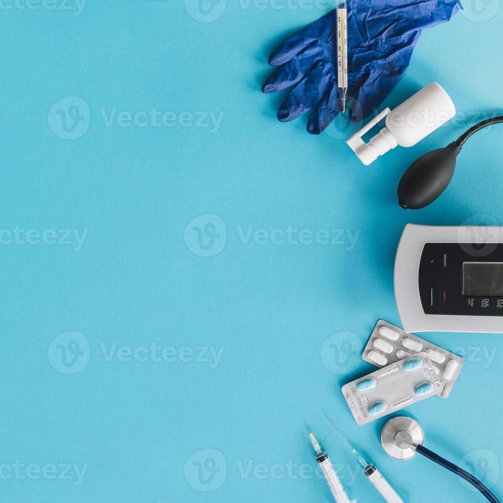 olika medicinsk utrustning på blå bakgrund foto