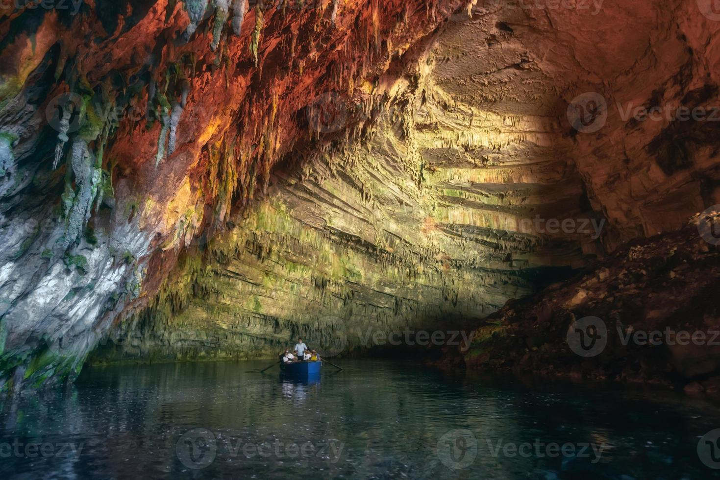 melissani -grotta eller melissani -sjö nära samistaden på Kefalonia -ön, Grekland. färgglatt konstnärligt panoramafoto. turism koncept. foto