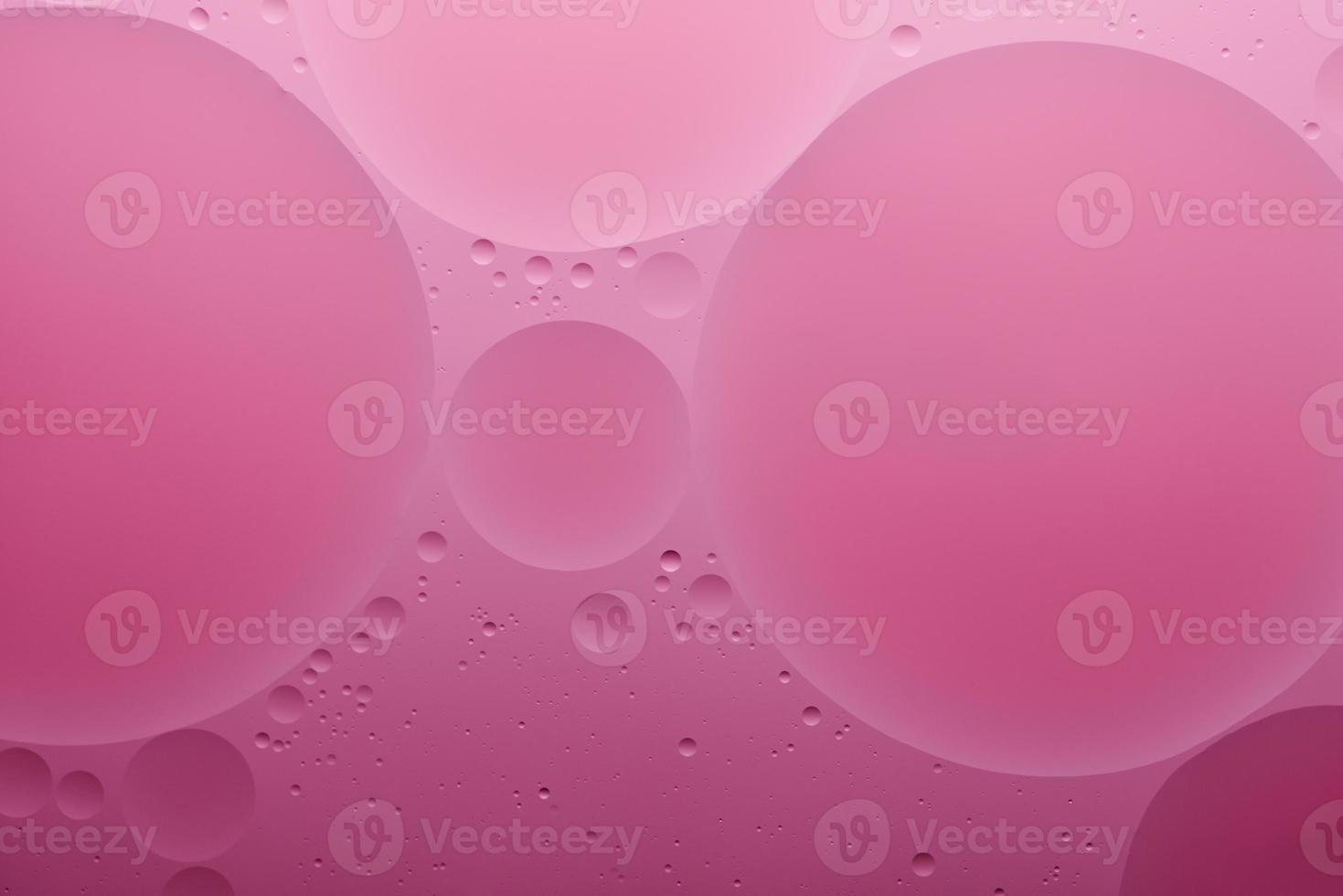vatten och olja, färg abstrakt bakgrund baserad på rosa, rosa färg cirklar och ovaler, makro abstraktion, verkligt foto. foto