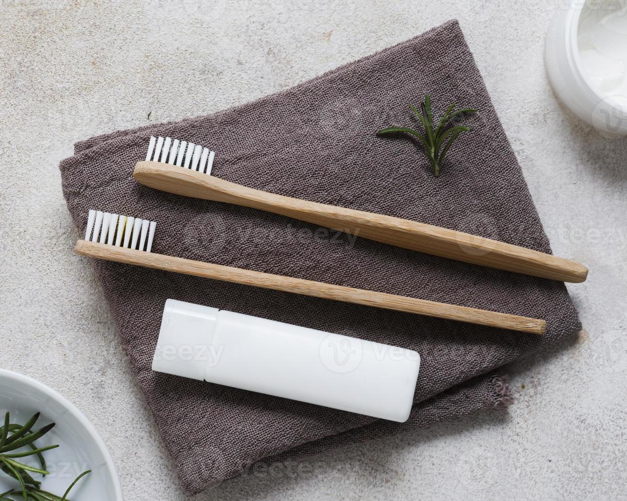 tandborstar på en handduk foto