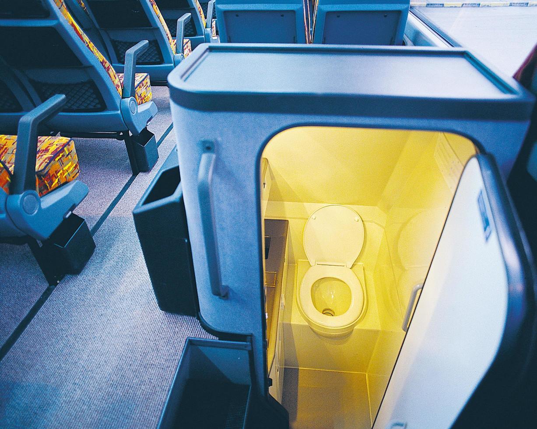 hygienisk toalett för användning av passagerare på intercitybussen foto