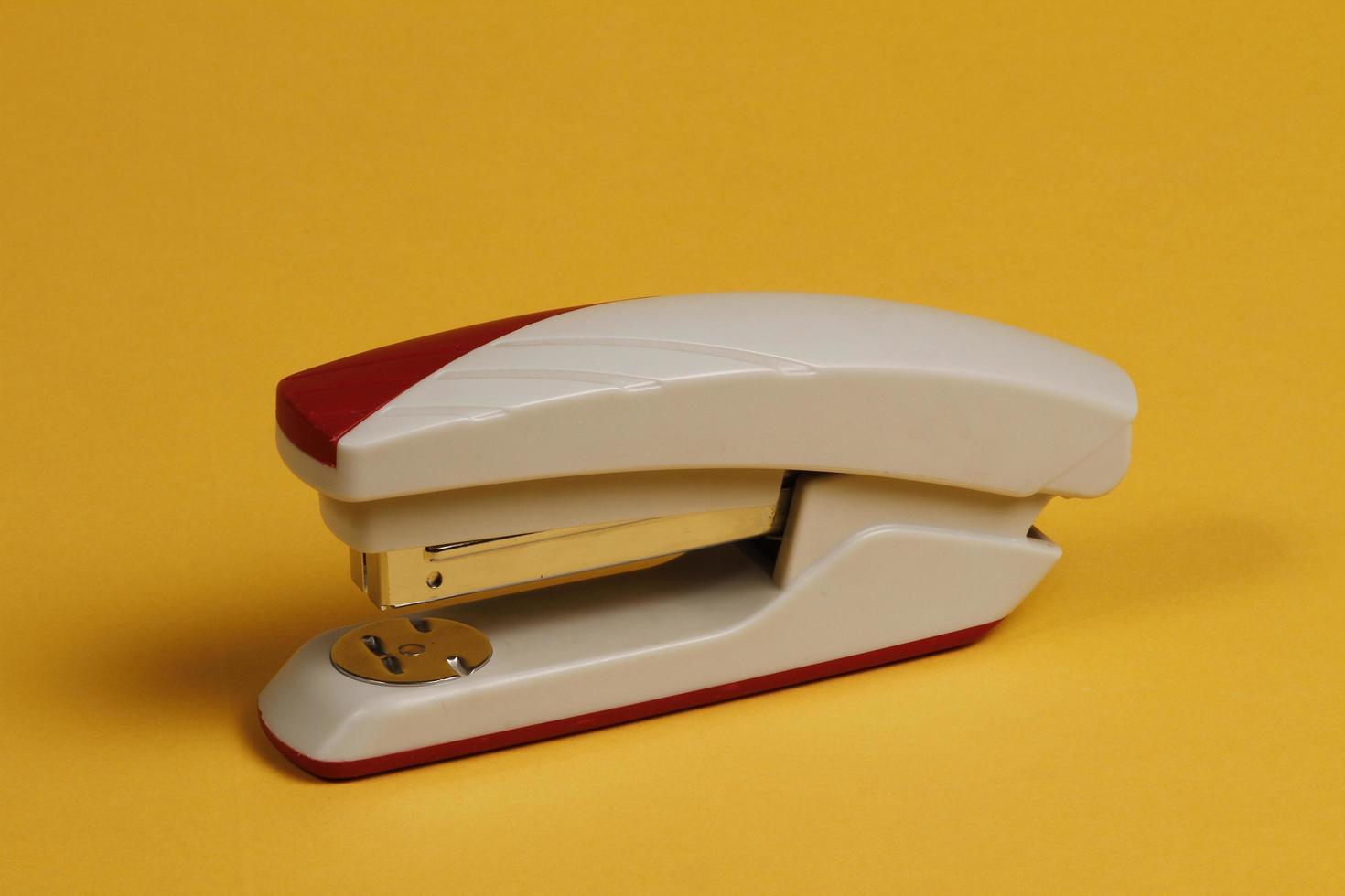 trådhäftare för kontor och skrivbord i vinrött och grått. foto