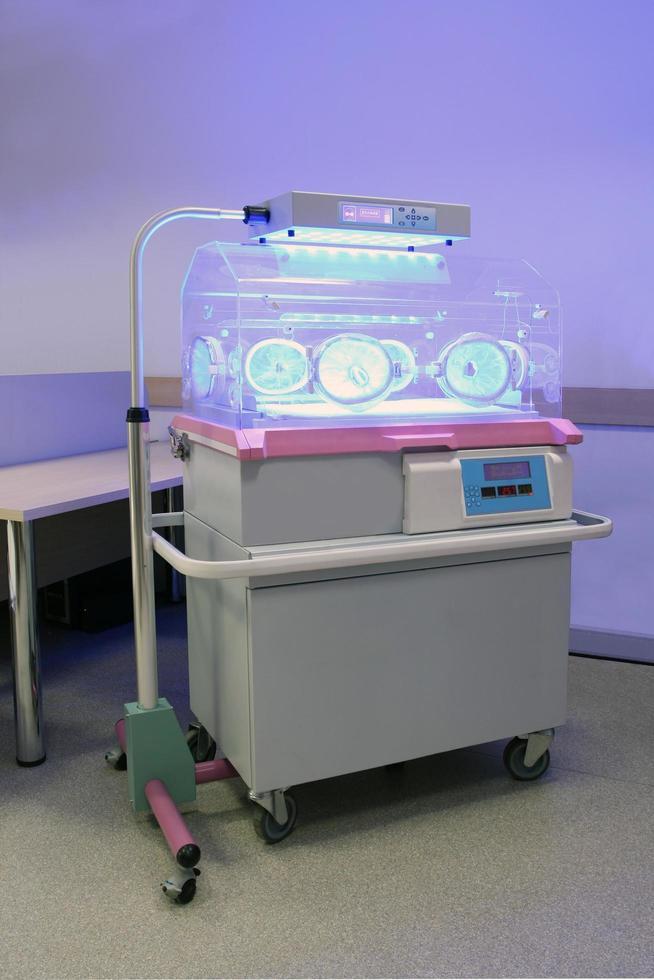 blått ljus som används för behandling av gulsot hos nyfödda barn foto
