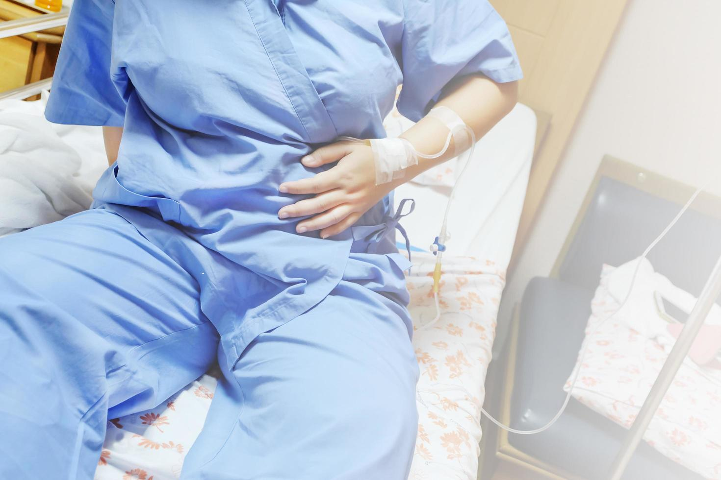 saltlösning intravenöst dropp i en kvinnlig patienthand foto