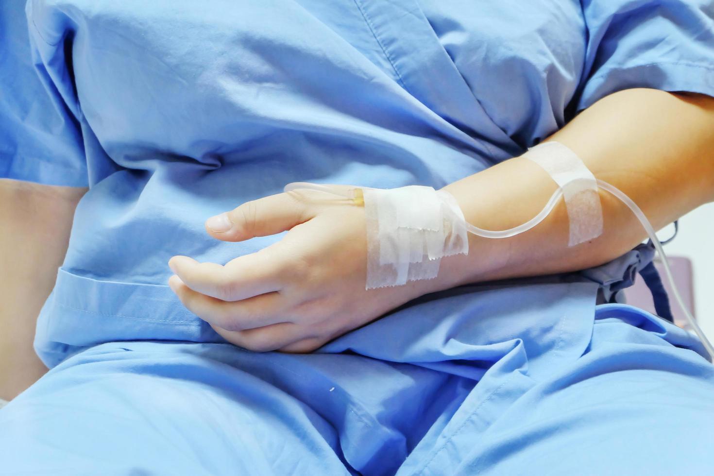 närbild saltlösning iv dropp för patienten på sjukhuset. foto