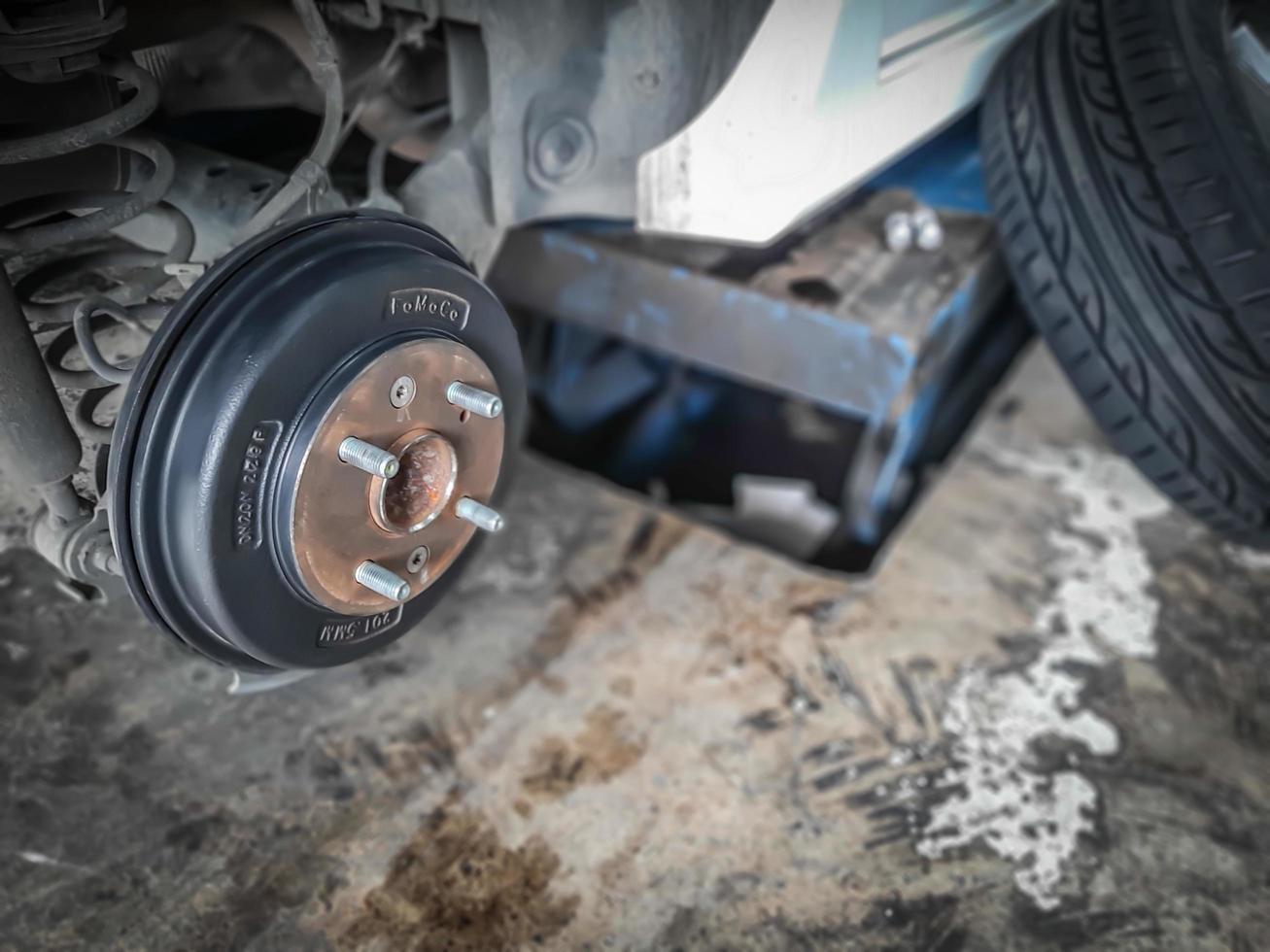 bil ta av hjulet visa trumbromsenhet. byte av däck. foto