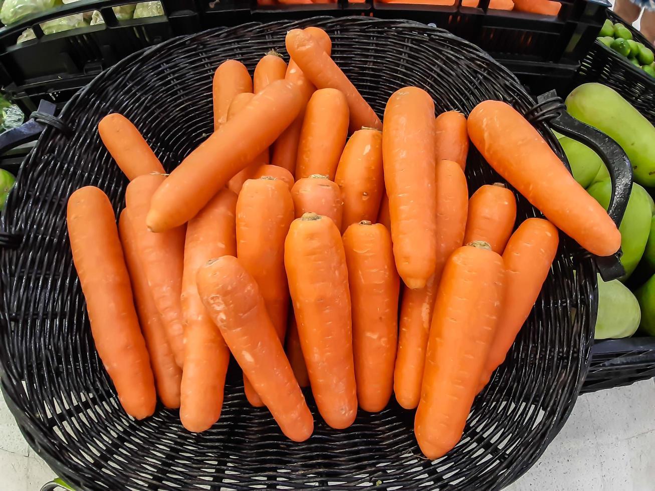 ekologisk morot. textur bakgrund av färska stora apelsin morötter, morötter är bra för hälsan, friska mogna morot för att förbereda måltid foto