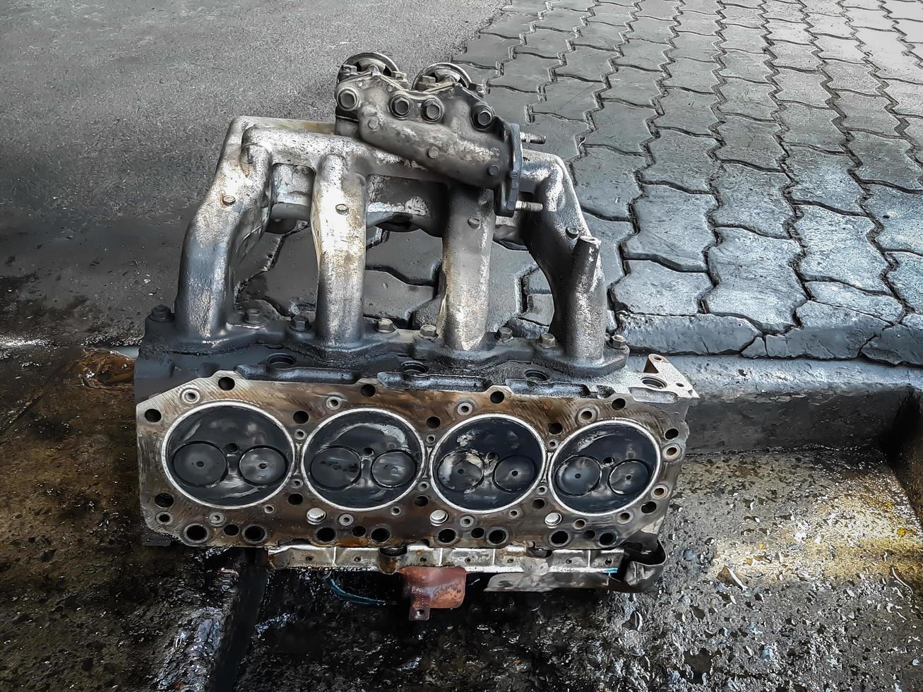 cylinderblocket på den fyrcylindriga motorn. demonterat motorfordon för reparation. foto
