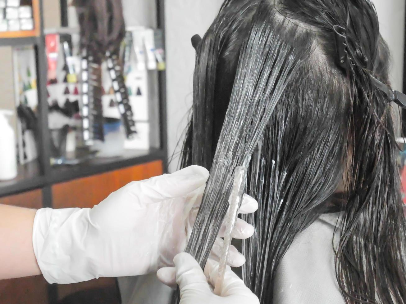 professionell frisör som färgar hår i salongen foto