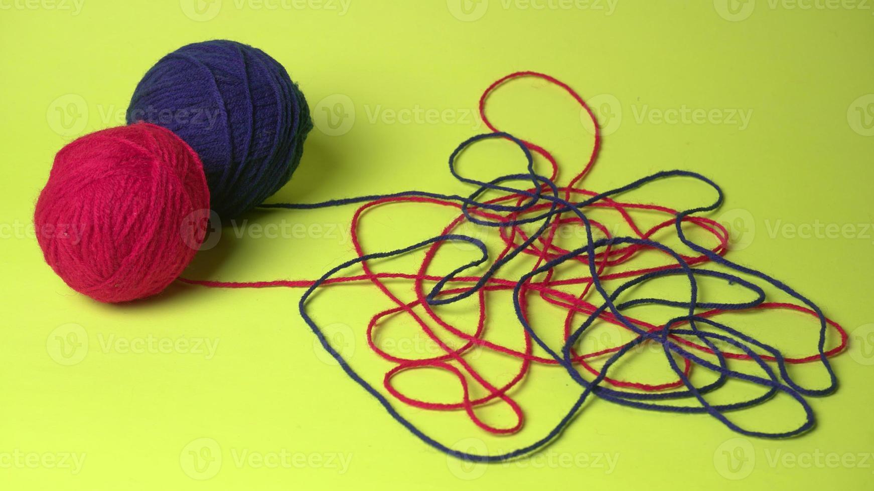 färgtrådar, stickor och kläder på träbordet foto