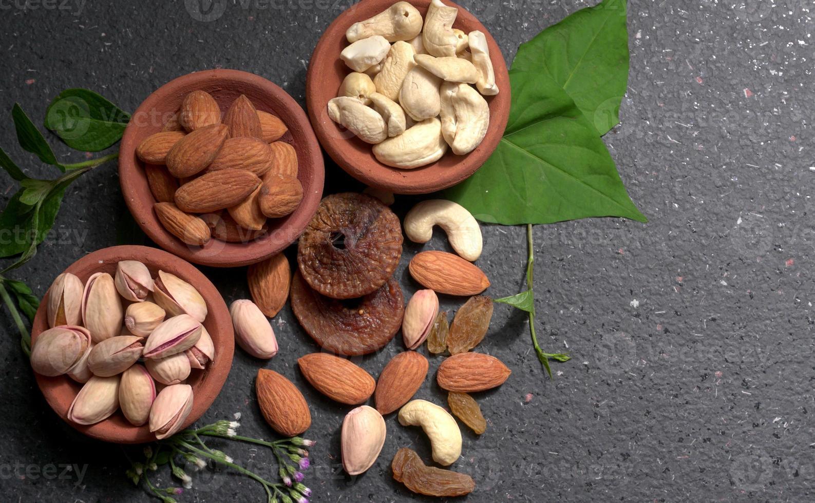 torkad frukt, cashewnötter och mandel. hälsosam kost koncept. foto