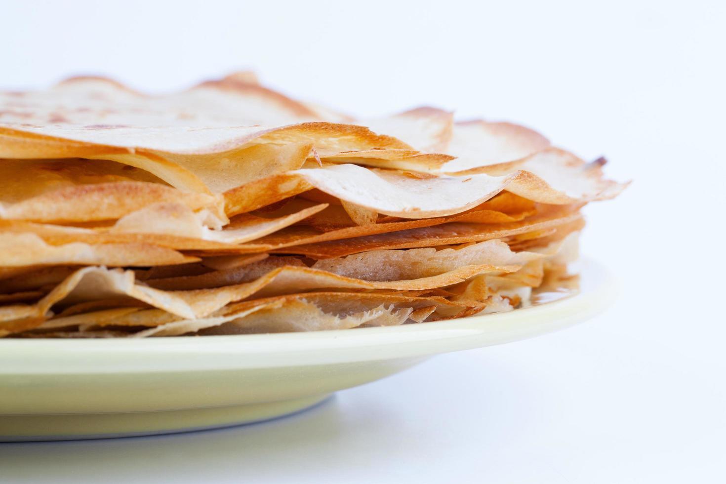 bunt pannkakor ligger på den keramiska tallriken foto