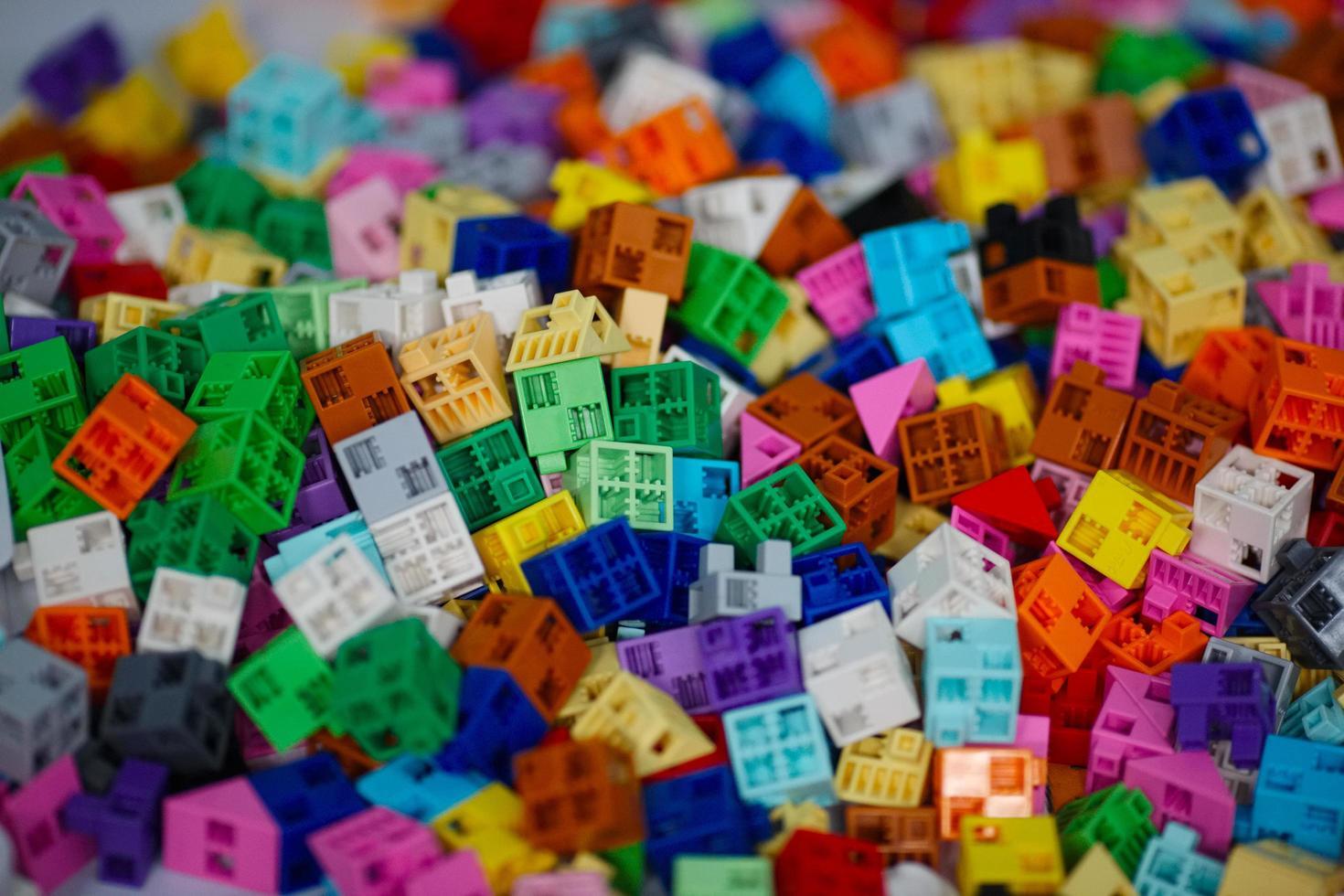 massor av färgglada plastbitar foto