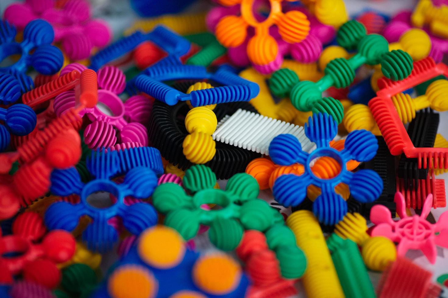 massor av färgglada plastdelar av designern foto