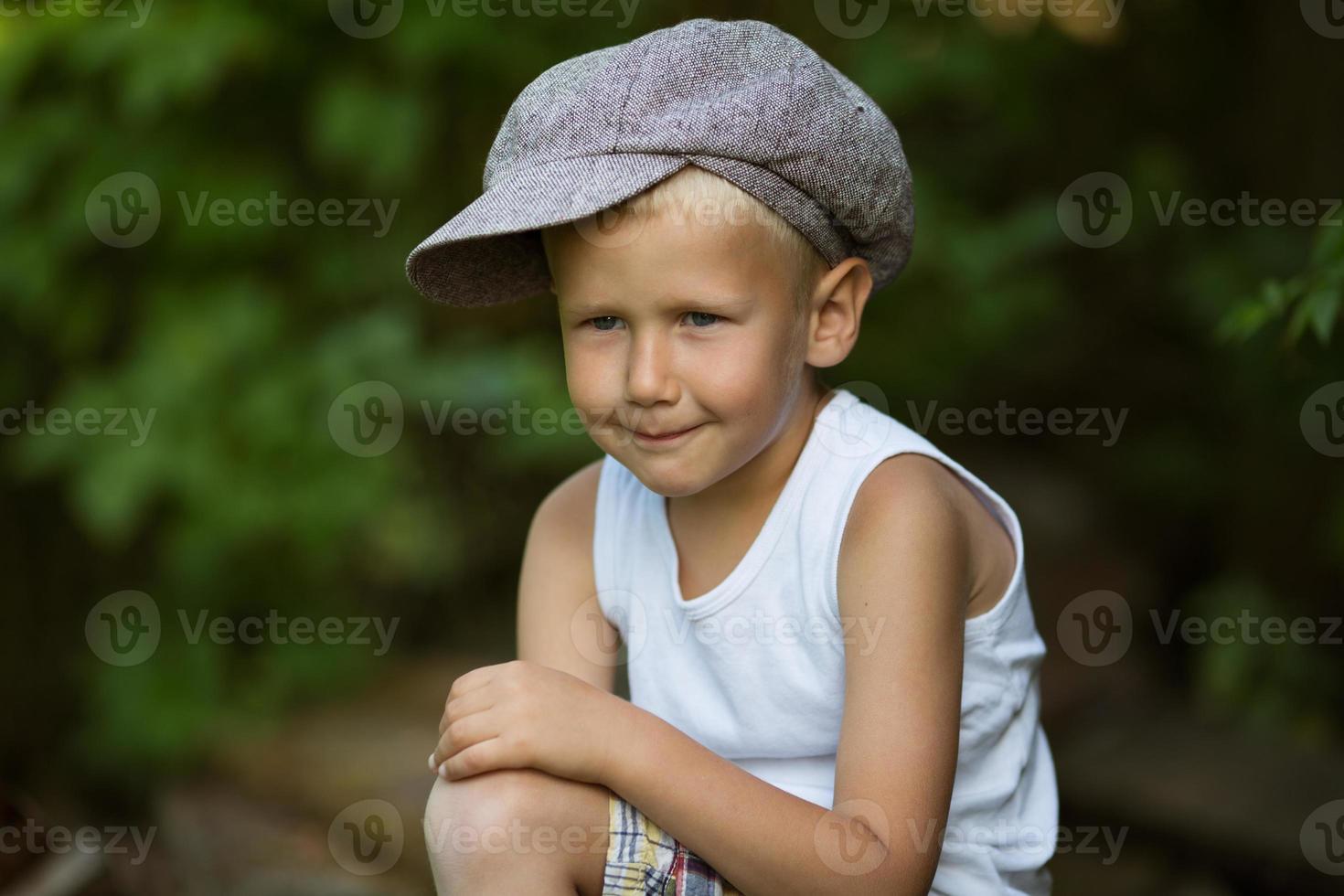 porträtt av söt blond pojke foto