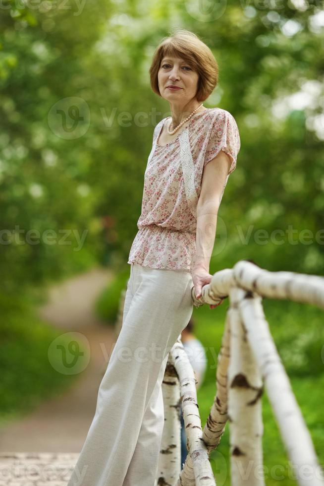 vacker äldre kvinna foto